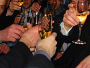 Den JGA feiern sie mit den Nightlife Agents Hamburg. Sie werden von einem Partyguide bei ihrem Junggesellenabschied begleitet der alles weitere an dem Abend für Sie organisiert.
