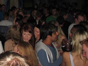 JGA auf der Hamburger Reeperbahn feiern. Von der Großen Freiheit, über die Talstraße, dem Hamburger Berg bis über den Spielbudenplatz gibt es zahlreiche Clubs in denen Sie die Partyszene von Hamburg für Ihren JGA erleben können. Die JGA Clubbing Tour in Hamburg jetzt buchen.